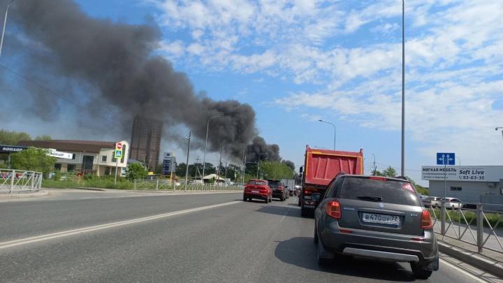 На Лесобазе сгорел снесенный дом — черные клубы дыма тюменцы видели в других районах
