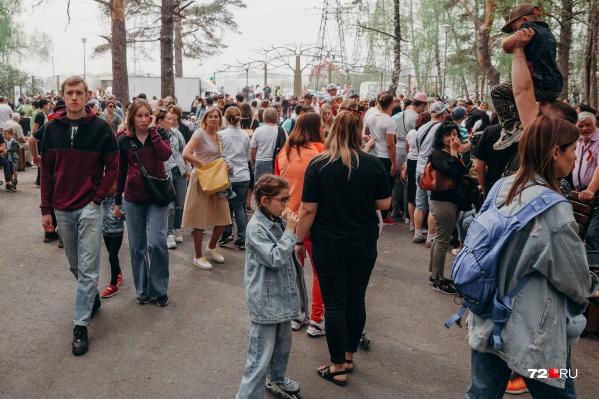 В лесопарке собралось очень много людей. Большинство признались, что выбрались сюда на концерт и на выставки, а также хотели побывать на природе