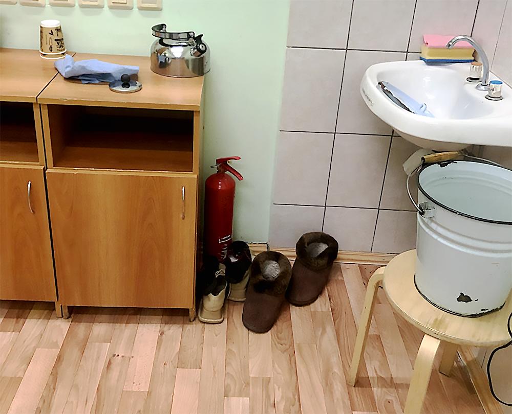 Питьевую воды для пациентов кипятят в ведре «Отходы»