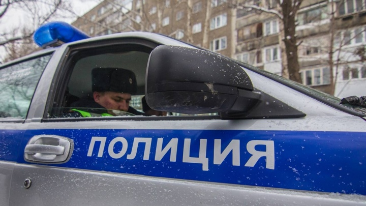 Красноярским полицейским пришлось связать буйного задержанного скотчем — наручники не помогли