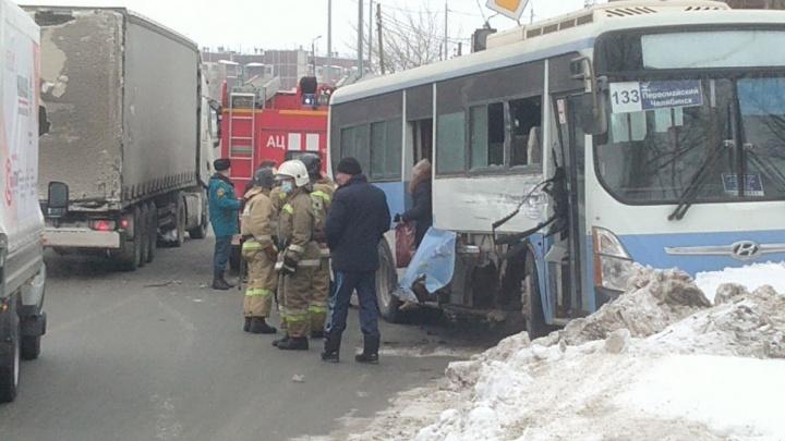 На въезде в Челябинск рейсовый автобус с пассажирами попал в ДТП с фурой