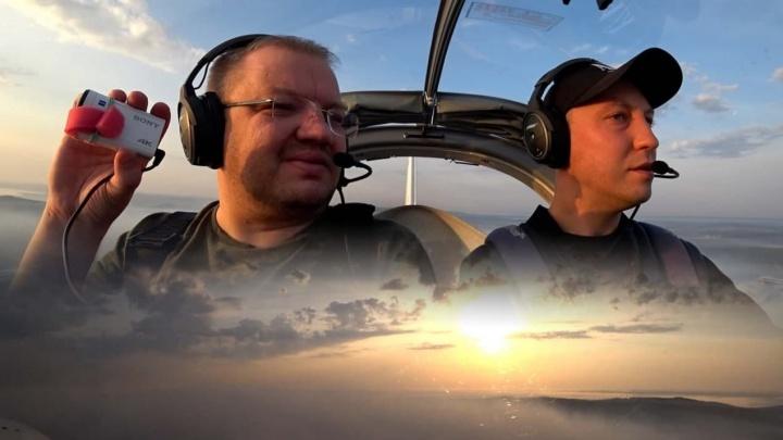«Охватывает чувство страха». Влог журналиста E1.RU из кабины самолета, который кружит над горящей Волчихой