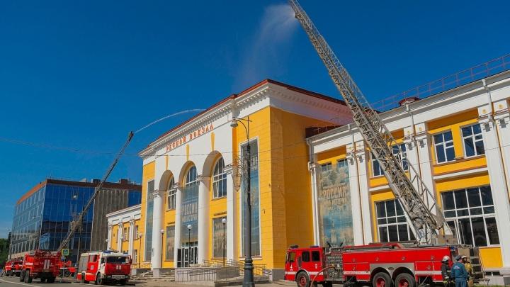 Подогнали пожарный поезд и поливали крышу: в здании Речного вокзала прошли учения МЧС. Фоторепортаж