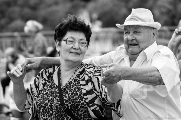 На набережной периодически проводят танцы. Часто на встречи приходят взрослые тюменцы и не останавливаются, пока не оттанцуют под все композиции