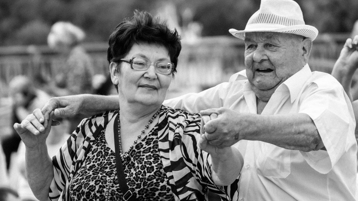 Танцуют, обнимают и целуются. Атмосфера набережной в черно-белых снимках тюменского фотографа