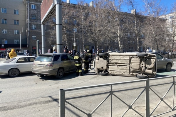 В аварии пострадали пять машин, но водители и пассажиры остались целы