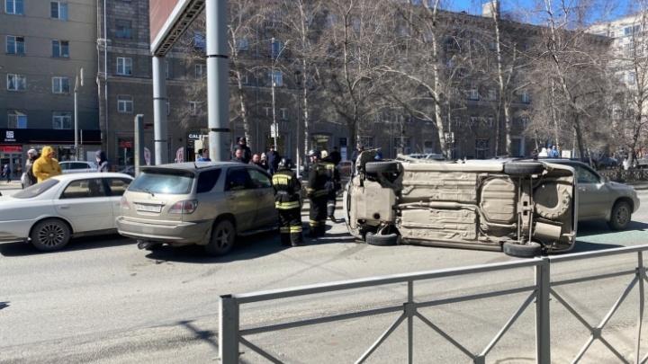 Появилось видео массового ДТП с перевертышем на Красном проспекте