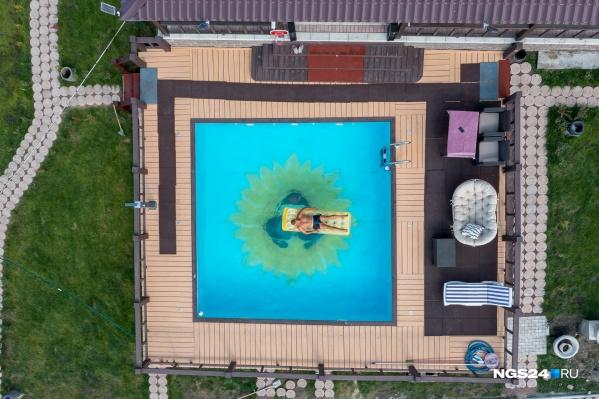Мануэль построил дом с бассейном с видом на Енисей