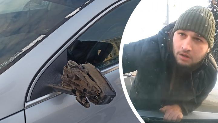 «Я его боюсь»: в Ярославле водитель ногой сломал зеркало другой машины. Видео