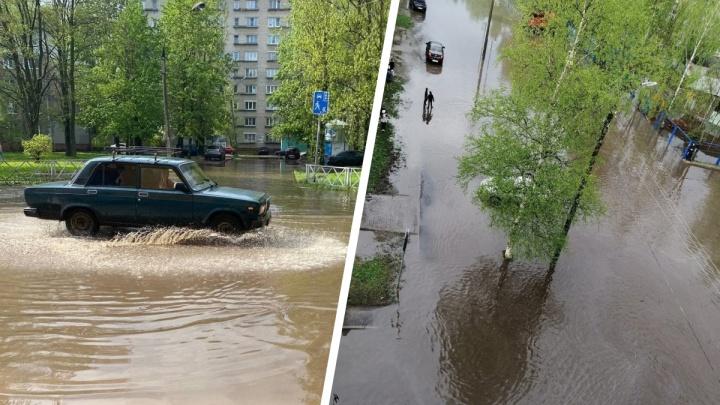«Плывем. Бог даст, до берега доберемся»: в Ярославле затопило дороги и тротуары