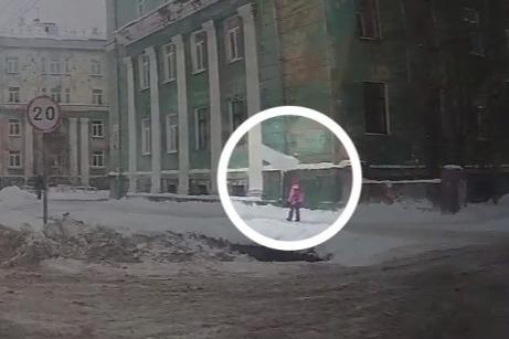 В падении глыбы снега на школьницу в Северодвинске обвинили мастера «управляйки». Ее ждет суд