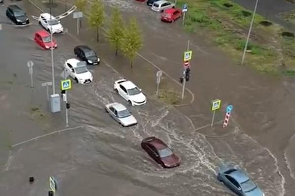 """Сам дождь прошелся по городу буквально за <nobr class=""""_"""">15 минут</nobr>"""