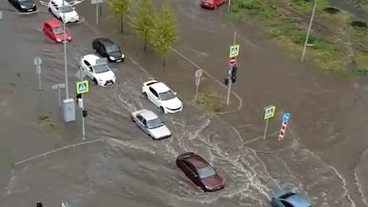 Несколько улиц Тюмени затопило после дождя: в заглохнувшем автомобиле оказалась заблокирована бабушка