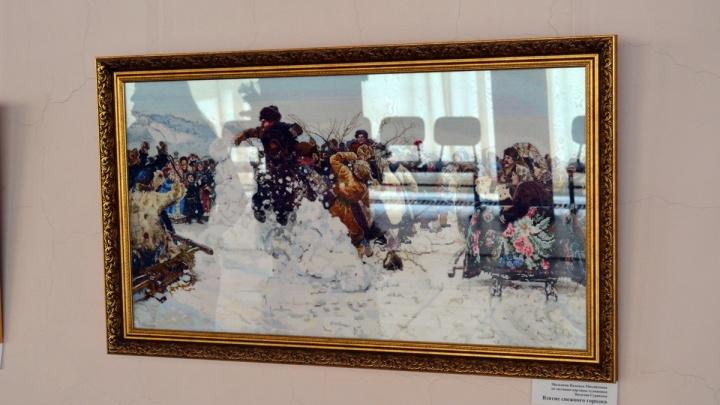 Красноярская мастерица вышила картину «Взятие снежного городка» шириной больше метра