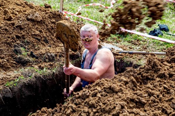 Участники конкурса копки могил поражали скоростью и высоким качеством работы