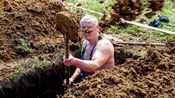 Не мужики в кирзачах, а мускулистые красавцы: кто и зачем устроил конкурс по копке могил в Новосибирске
