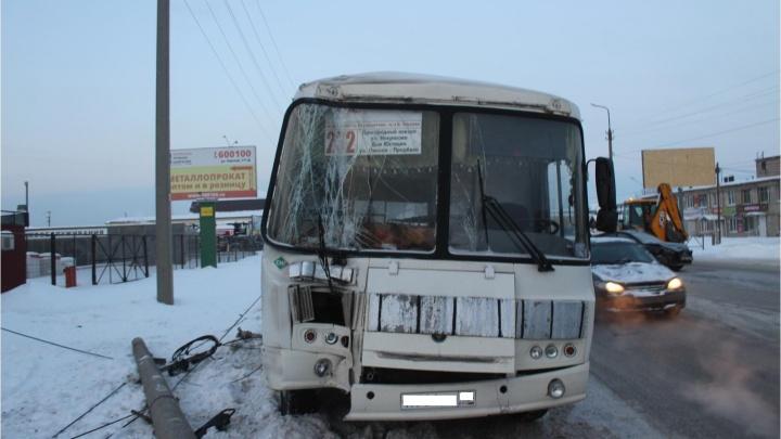 В Кургане произошло тройное ДТП с участием ПАЗа: автобус влетел в столб