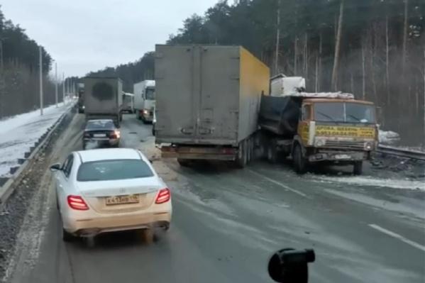 Автомобили объезжают место аварии по одной полосе