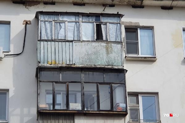 """Жителей дома <nobr class=""""_"""">№ 64</nobr> по улице Володарского заставляют расстеклять балконы"""