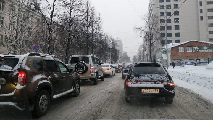 Утром в Перми образовались 9-балльные пробки. На дорогах аварии и много снега