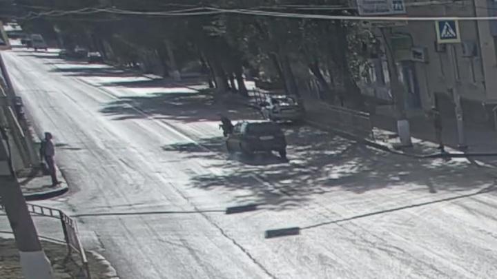 Пошла на красный: в Волгограде водитель Toyota сбил женщину на пешеходном переходе