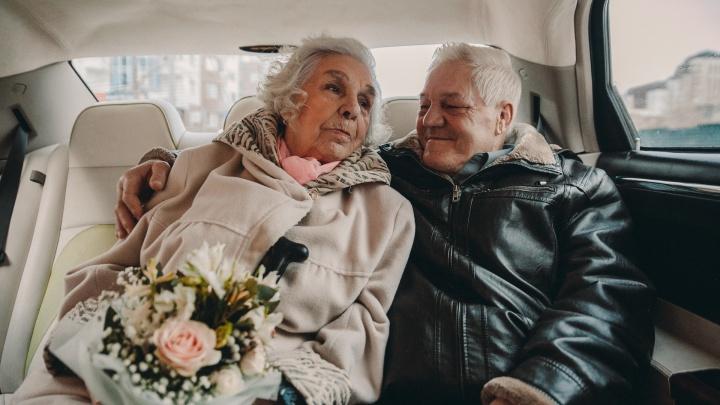 Сборы в салоне, лимузин и медленный танец в ЗАГСе: репортаж со свадьбы 91-летней тюменки и ее 70-летнего мужа