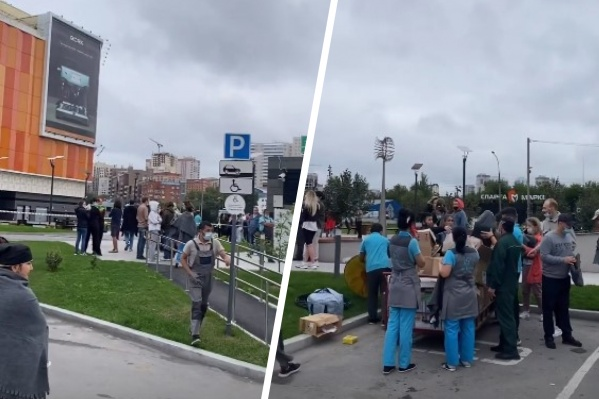 Рядом со зданием собрались десятки людей