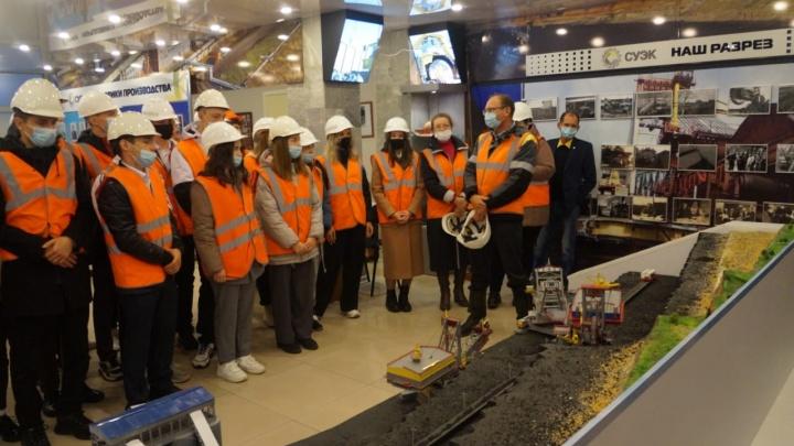 Школьники побывали на экскурсии в СУЭК — им показали, как добывают уголь