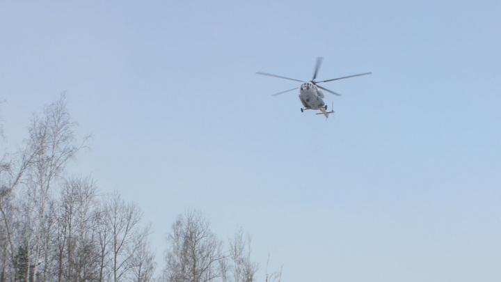 Екатеринбуржцы засняли кружащий над ЕКАД вертолет. Объясняем, что он там делал
