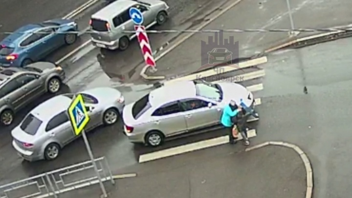 Женщина за рулем Toyota сбила пенсионерку на переходе и душевно ее обняла