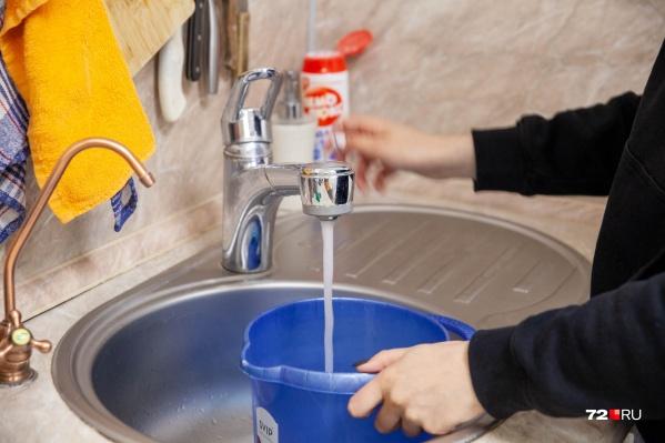 Женщина считает, что из-за грязной воды у нее начало ухудшаться здоровье