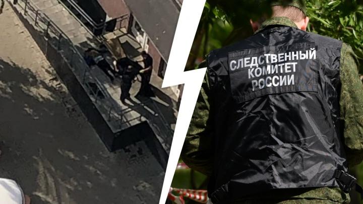 В Екатеринбурге на крыльце дома нашли труп