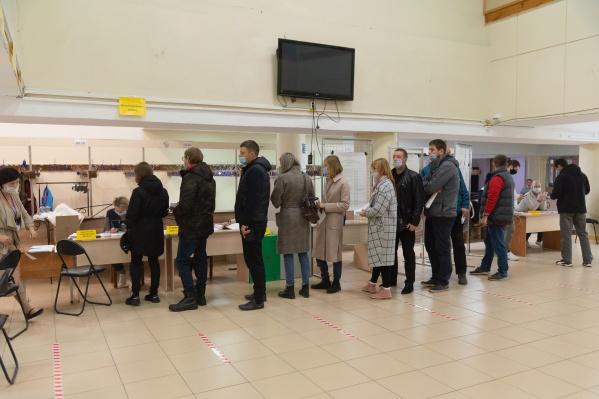Такую очередь из ожидающих избирателей мы встретили на участке во Дворце детского и юношеского творчества