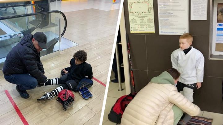 В Архангельске родителей юных хоккеистов не пустили в раздевалку «Ледовой Арены» без QR-кода