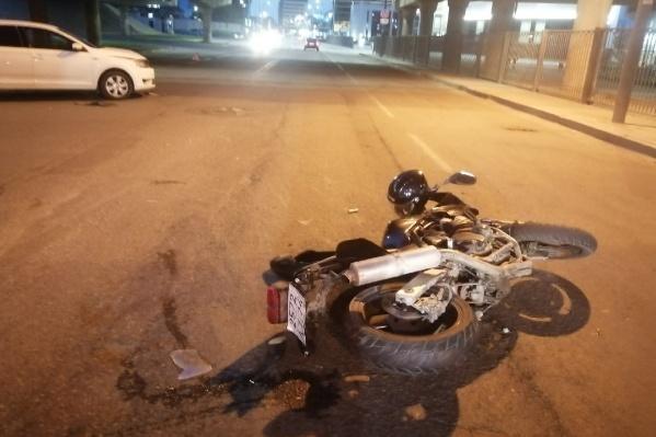 Под развязкой у вокзала мотоциклист встретился соŠkoda