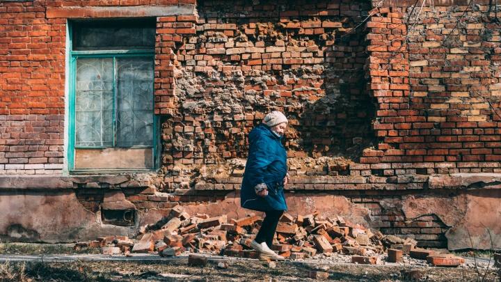 «Вы хотите завтра приехать сюда на трупы?»: репортаж издома, где обрушилась кирпичная стена