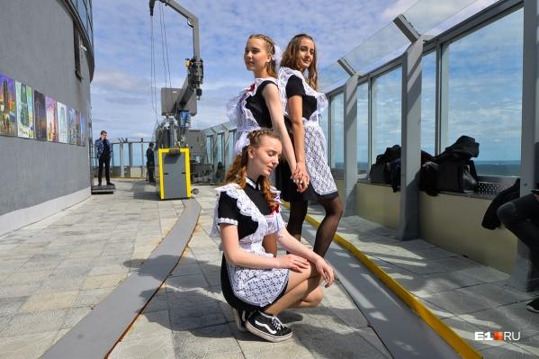 В школах продолжают действовать ограничения Роспотребнадзора, но вряд ли кто-то запретит ребятам погулять по Екатеринбургу после торжественных линеек
