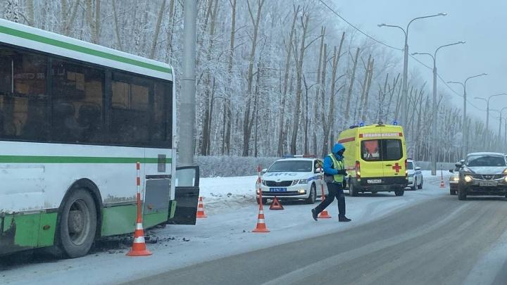 На Республики водитель Mitsubishi разбился насмерть в ДТП с автобусом