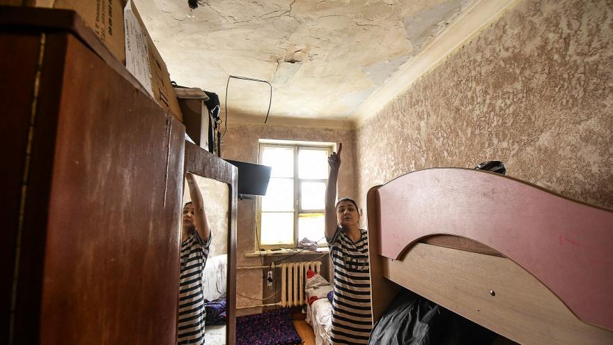 «Потолок вот-вот рухнет»: в Екатеринбурге два года не могут переселить жильцов аварийного дома
