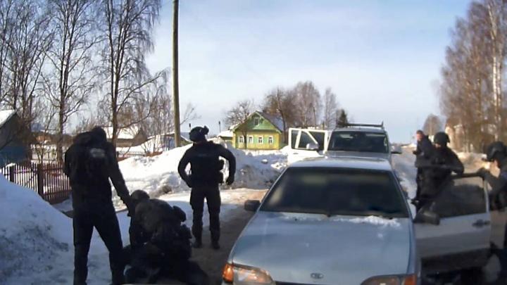 В Каргопольском районе двух наркосбытчиков задерживали с отрядом спецназа: видео