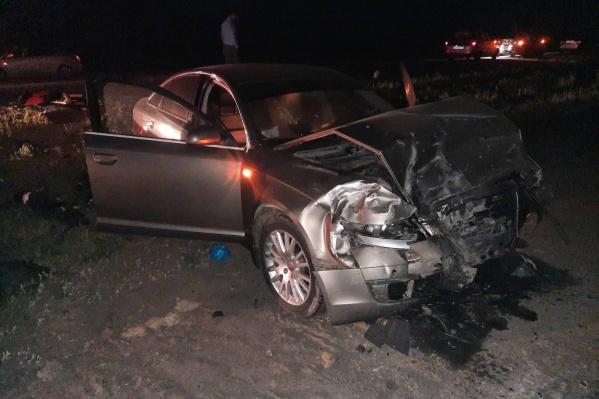 23-летний водитель Audi выехал на встречную полосу и врезался в ВАЗ-2114, в котором ехала семейная пара с дочерью