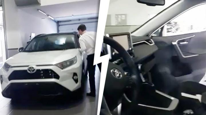 Сибирячка хотела купить Toyota RAV4, но с нее потребовали лишние 200 тысяч — и машину не отдают