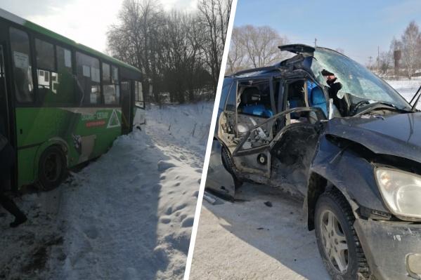 Машину и автобус раскидало по обочинам