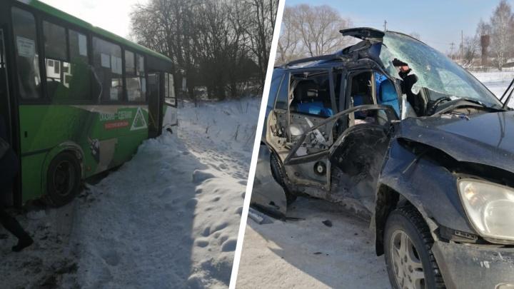 «Что это с нашей страной?» Автобус протаранил легковушку. Дорогу почистили уже после ДТП