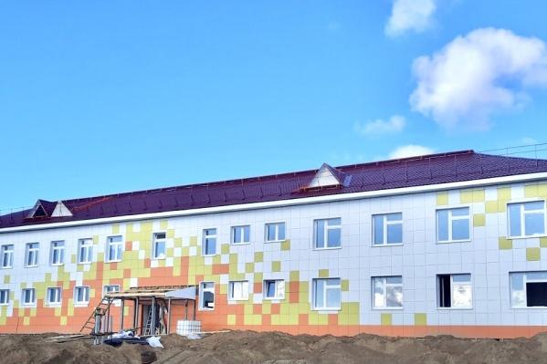 """По контракту строительство должны завершить в ноябре, но вполне возможно, что получится открыть учреждение <nobr class=""""_"""">1 сентября</nobr>"""