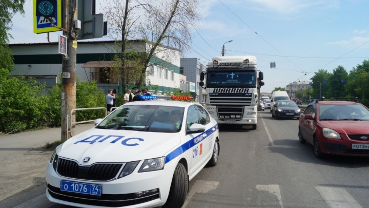 В Челябинске фура, перевозившая гараж, насмерть сбила женщину