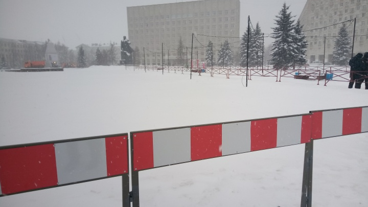 В центр Архангельска вышла полиция, и появились ограждения на площади Ленина