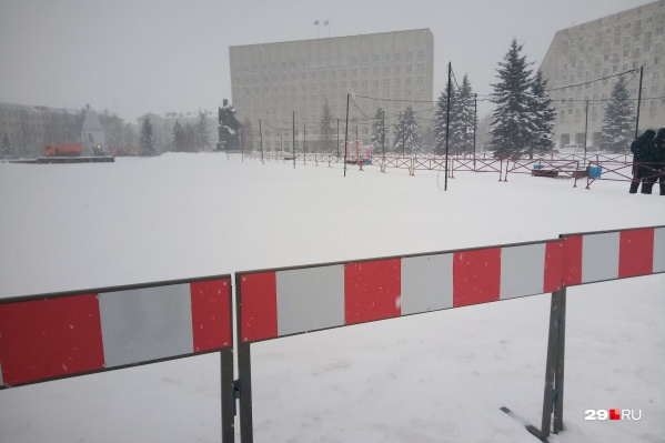 Вот один из заборов, которые внезапно появились в центре Архангельска