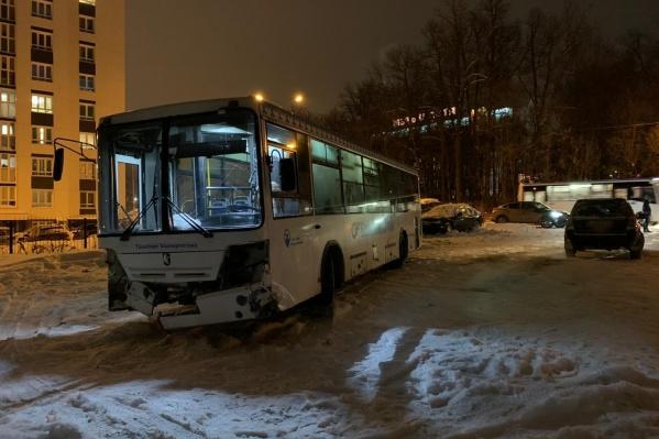 Автобус был без пассажиров и направлялся в новый рейс