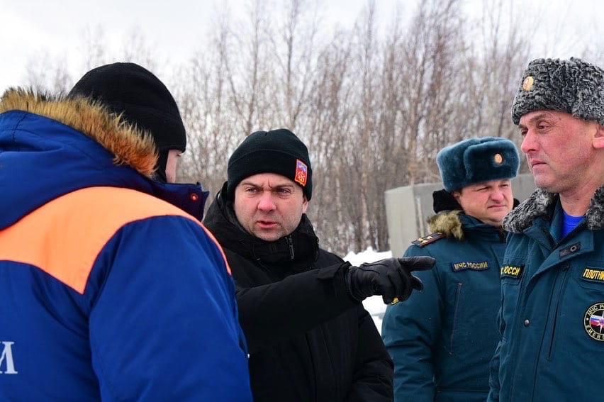 Андрей Чибис руководит оперативным штабом, на фото справа — первый замначальника ГУ МЧС Мурманской области Дмитрий Плотников